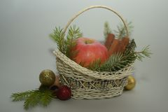 Корзина циннамона Яблока связанная белизной Стоковое Изображение