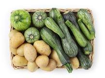 Корзина цукини, и взгляд сверху еды картошек изолированного на белизне Стоковая Фотография