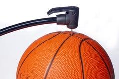 корзина шарика воздуха получает насосу некоторую игрушку Стоковое Фото