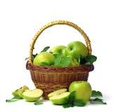 Корзина яблок на белой предпосылке Сочные зеленые яблоки с Стоковая Фотография RF