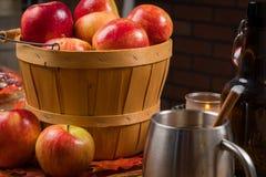 Корзина яблок при чашка сидра запачканная в переднем плане Стоковое Изображение RF