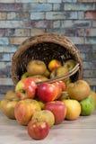 Корзина яблок разлитых на таблице Стоковое фото RF