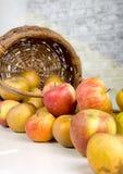 Корзина яблок разлитых на таблице Стоковые Изображения