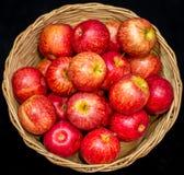Корзина яблока в черноте цвета Стоковое Изображение RF