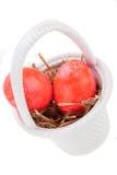 Корзина ярко покрашенных пасхальных яя Стоковое Изображение