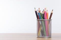 Корзина ячеистой сети вполне красочных crayons карандаша Стоковые Изображения