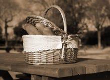 Корзина для пикника с хлебом и вином на таблице в парке Стоковая Фотография