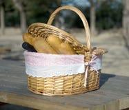 Корзина для пикника с хлебом и вином Стоковые Фотографии RF