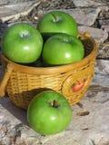 корзина 02 яблок Стоковые Изображения RF