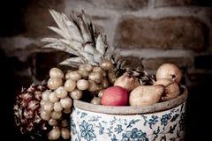 корзина fruits вполне стоковые изображения