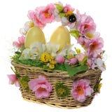 Корзина Wicker с пасхальными яйцами Стоковые Фото