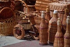 Корзины, бутылки и велосипеды и коробки вербы Стоковое Изображение