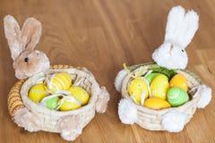 Корзины зайчика пасхи с яичками Стоковые Фотографии RF