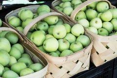 Корзины зеленых яблок на рынке фермеров Стоковое Изображение