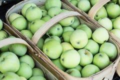Корзины зеленых яблок на рынке Asheville северном Caroli фермеров Стоковые Изображения