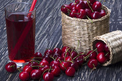 Корзины и сок вишни на деревянной предпосылке Стоковые Изображения RF