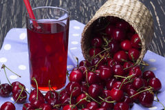 Корзины и сок вишни на деревянной предпосылке Стоковое Фото