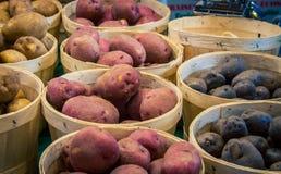 Корзины картошек на рынке фермеров Стоковая Фотография