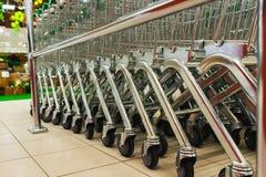 Корзины металла дальше катят внутри супермаркет Стоковая Фотография RF