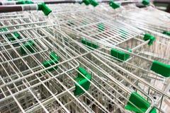 Корзины металла дальше катят внутри супермаркет Стоковое фото RF