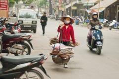Корзины нося женщины на улице. Ханой. Вьетнам. Стоковые Фотографии RF