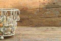 Корзины подарка на старое деревянном Стоковые Изображения