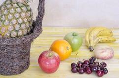 Корзины свежих фруктов на древесине Стоковые Изображения RF