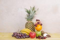 Корзины свежих фруктов на древесине Стоковая Фотография
