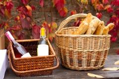 2 корзины с вином и хлебом Стоковые Изображения