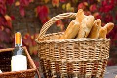 Корзины с вином и хлебом Стоковые Фото