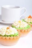 3 корзины торта на таблице с белой чашкой Стоковое Изображение RF