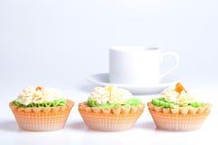 3 корзины торта на таблице с белой чашкой Стоковые Фото