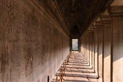 коридор виска Angkor Wat с состоянием резного изображения на стене, Стоковые Фотографии RF
