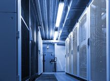 Коридор в комнате сервера datacenter для обменивать данные по кибер, вычислять облака и соединение стоковые изображения rf