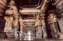 Коридор купола и камня внутри двенадцатого века облицовывает висок Hoysaleswara в Индии Стоковые Фотографии RF