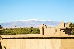 коричневая башня старая в Африке заволакивает около неба Стоковая Фотография RF