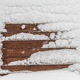 Коричневая деревянная текстура с снегом шелушится над ей Стоковые Фотографии RF