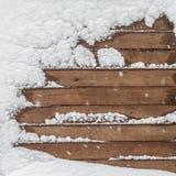 Коричневая деревянная текстура с снегом шелушится над ей Стоковое Фото