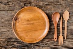 Коричневая деревянная плита на деревенском крупном плане таблицы горизонтальная верхняя часть Стоковые Фотографии RF