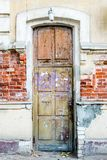 Коричневая деревянная старая дверь в центре Астрахани России Стоковое Изображение RF