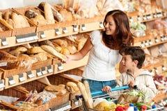 коричневая женщина магазина покупкы волос бакалеи ребенка Стоковое Изображение