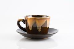 коричневая изолированная пустая чашки керамики Стоковые Фотографии RF