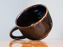 коричневая керамическая чашка Стоковая Фотография