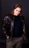 коричневая кожа куртки девушки Стоковые Изображения RF