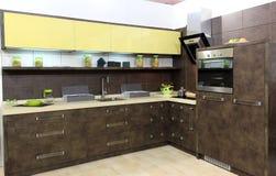 коричневая кухня самомоднейшая Стоковые Фотографии RF