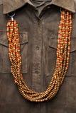 коричневая рубашка ожерелья цвета Стоковые Изображения