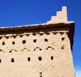 коричневая старая конструкция в Африке Марокко и облаках около Стоковые Изображения RF