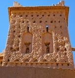 коричневая старая конструкция в Африке Марокко и облаках около Стоковое Фото