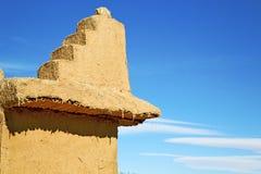 коричневая старая конструкция в Африке Марокко и облаках Стоковые Изображения RF