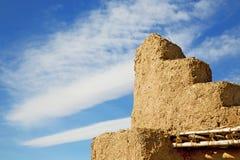 коричневая старая конструкция в Африке Марокко и облаках Стоковая Фотография RF